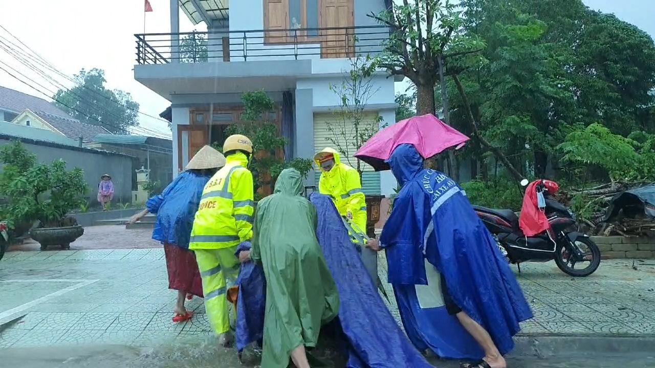 Lũ nhấn chìm nhiều ngôi làng, các lực lượng căng mình cứu trợ người dân - Ảnh 4.