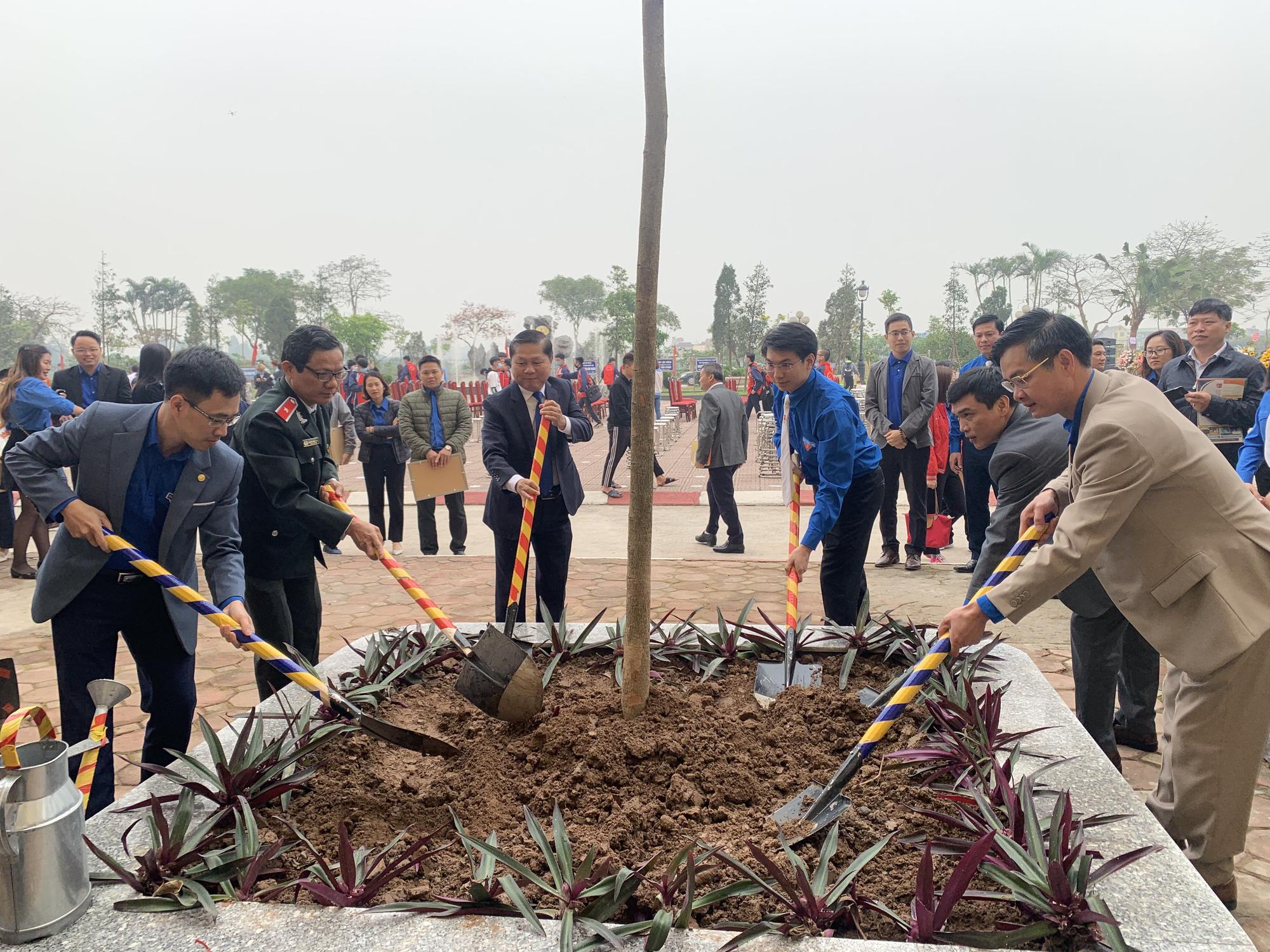 """Đoàn Thanh niên Bộ LĐ-TB&XH tổ chức Lễ kỷ niệm 90 năm Ngày thành lập Đoàn và phát động Phong trào """"Trồng thêm một cây xanh là thêm một hành động bảo vệ môi trường"""" - Ảnh 4."""